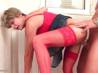 Порно зрелых в туалете